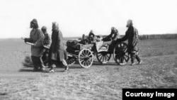 Спасающиеся от Голода казахи. Предположительно 1932 год. Фото из Центрального государственного архива кинофотодокументов и звукозаписей. Автор снимка – Дмитрий Багаев.