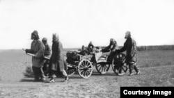 Казахские беженцы, предположительно 1932 год. Фото из Центрального государственного архива кинофотодокументов и звукозаписей.