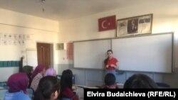 Этнические кыргызы в провинции Ван на уроке с волонтерами из Кыргызстана.