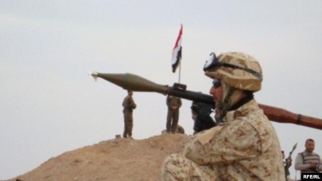 سربازان عراقی مستقر در اطراف میدان نفتی فکه در مرز ایران