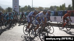 Участники велосипедной гонки «Тур Алматы». Алматы, 6 октября 2013 года.