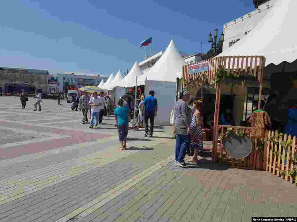 Махачкалинцы и гости города могли ознакомиться с бытом, кухней и ремеслом районов республик в подворьях, организованных на главной площади Махачкалы.