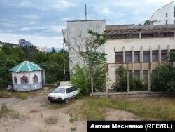 """Центр Алушты, заброшенный пансионат. По словам местных, число туристов спустя 2 года после аннексии Крыма так и не достигло """"дореферендумного"""" уровня"""
