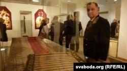 Пятро Краўчанка на выставе Слуцкіх паясоў, архіўнае фота.