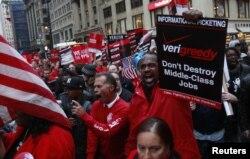 """Дүйнөдөгү эң ири телекоммуникациялык Verizon Communications компаниясынын кызматчылары """"Уолл-стритти ээле!"""" кыймылына тилектештик билдирип, Зукотти сейил багында демонстрация өткөрүшүүдө. Нью-Йорк, 21-октябрь, 2011"""