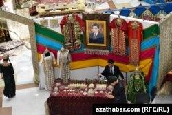 Портрет президента Туркмении в магазине женской одежды