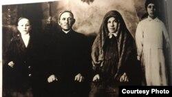 Авылдан сөрелгән Вәлимөхәммәт җәмәагте Шәмсениса һәм ике баласы белән. 1934 ел