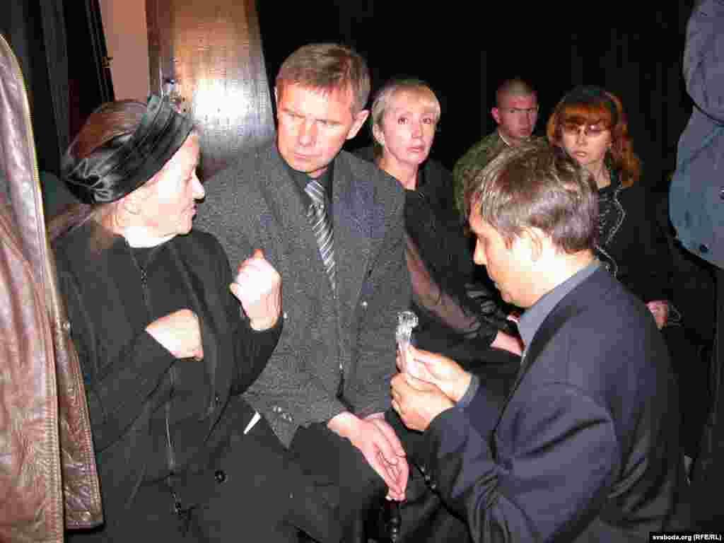 Аляксандар Лукашук перадае Ірыне Міхайлаўне Быкавай ручку з пісьмовага стала Быкава ў праскай кватэры. Пасярэдзіне — Сяргей Быкаў, сын пісьменьніка.