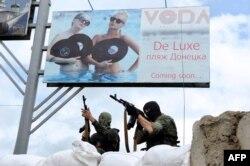 Озброєні сепаратисти на блокпосту в Донецьку, 1 червня 2014 року