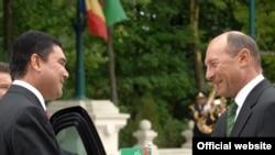 Türkmenistanyň prezidenti Gurbanguly Berdimuhamedow Rumyniýanyň prezidenti Traýan Basesku bilen duşuşýar, Buharest, iýul 2008-nji ýyl.