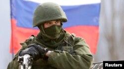 Rus harbysydygy çaklanylýan adam. Krym