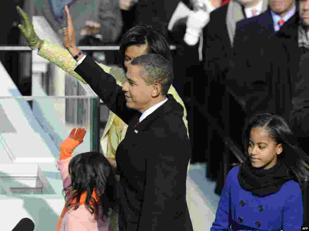 Barack Obama me familjen... - Barack Obama waves after being sworn in as the 44th US president by Supreme Court Chief Justice John Roberts in front of the Capitol in Washington on January 20, 2009. obama20