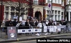 Пикет напротив российского посольства в Лондоне