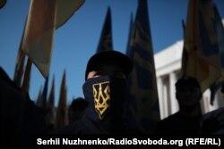 """Участник акции протеста с символом """"Национального корпуса"""""""
