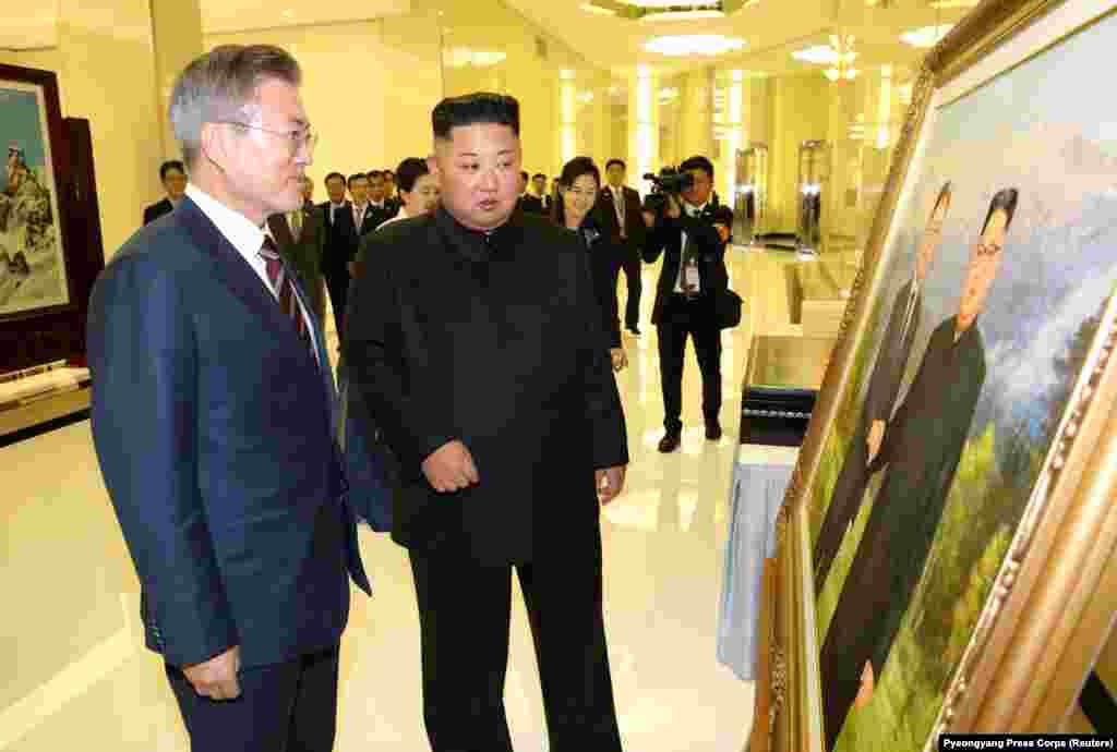 Мун Чжэ Ин мен Ким Чен Ын Пхеньяндағы банкетке келген сәт. 18 қыркүйек 2018 жыл.