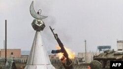 Российский солдат прицеливается на мусульманский полумесяц на развалинах мечети (архивное фото)