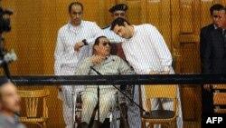 Хосні Мубарак зі своїми синами у суді, Каїр, вересень 2013 року