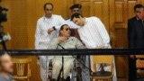 Hosni Mubarak iki ogly bilen sud diňlenişiginde. 14-nji sentýabr, 2013 ý.