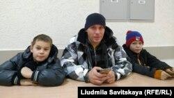 Артём Милушкин с детьми в суде