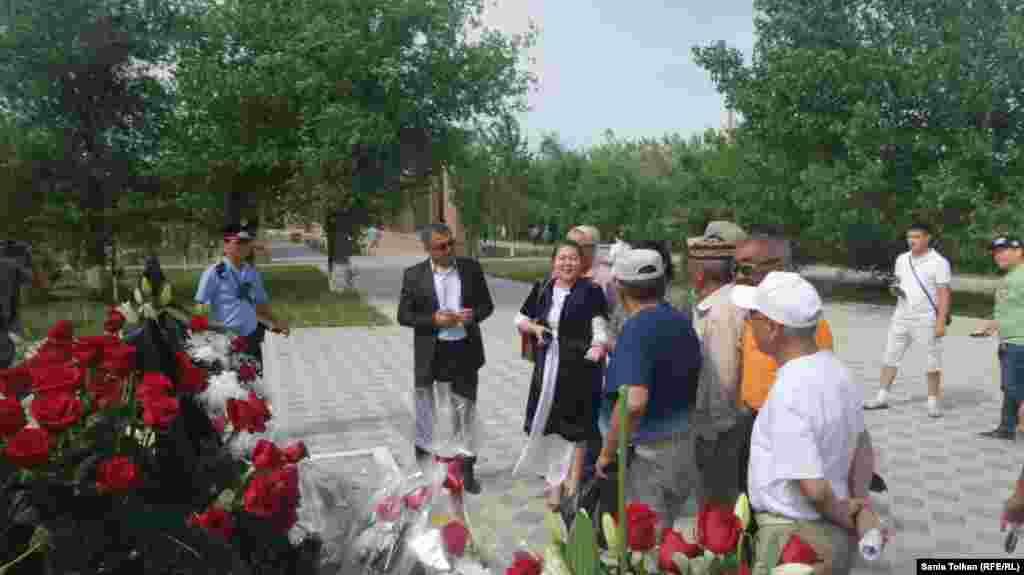 Атырауда белсенділер Жеңіс саябағына қойылған репрессия құрбандарының мемориалына жиналды. 31 мамыр 2016 жыл.