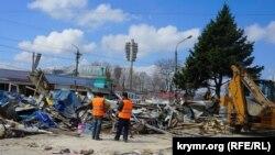 Демонтаж торговых объектов мини-рынка на улице Козлова в Симферополе, 11 апреля 2017 года