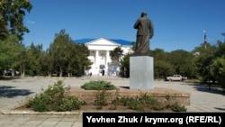 Памятник Ленину у дома культуры «Бриз» в пгт Приморском