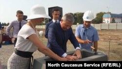 Глава Северной Осетии Вячеслав Битаров закладывает капсулу Леруа Мерлен