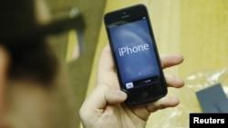 هنوز دو سه ماهی از رونمایی و عرضه آیفون ۵ نگذشته اما ناظران بازار فنآوریهای جدید رونمایی از یک حلقه تازه از سری آیفون را در بهار سال آینده پیشبینی میکنند.