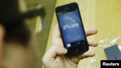 iPhone 5S кучлироқ процессор, такомиллаштирилган камера ва бармоқ изи сканери билан жиҳозланган.