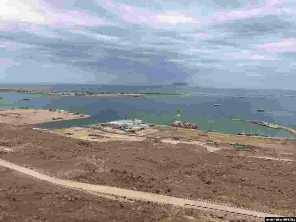 Общий вид территории в морском порту Баутино в Тупкараганском районе Мангистауской области, где проходили совместные учения служб по чрезвычайным ситуациям.