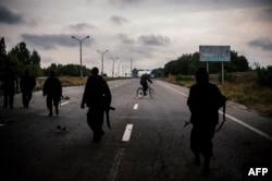 Проросиийские военные патрулируют дорогу возле Донецка