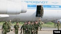 Սուխումիի օդանավակայանում վայրէջք կատարած «Աէրոֆլոտ»-ի օդանավից ռուս զինծառայողներ են իջնում, օգոստոս, 2008թ․