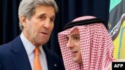 Министр иностранных дел Саудовской Аравии Адель аль-Джубейр (справа) на встрече с государственным секретарем США Джоном Керри.