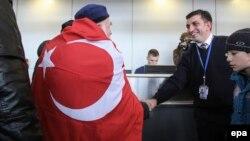 Ukrainanyň gündogarynda ýaşan meshetin türki ol ýerdäki konflikt sebäpli Türkiýä aşmak üçin Harkowyň aeroportyna bardy. 2015 ý.