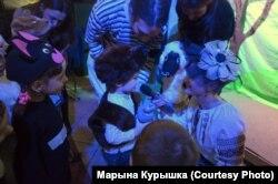 Вядоўца Кацярына Гарэцкая віншуе Радзіма Бусла з днём народзінаў
