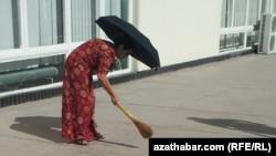 Мемлекеттік мекеме қызметкері сенбілікте. Түркіменстан (мұрағат)