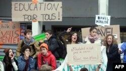 Надпис на одному з плакатів на захист Леонарди – «Освіта для всіх»