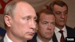 Президент России Владимир Путин, премьер Дмитрий Медведев и «губернатор» Севастополя Сергей Меняйло