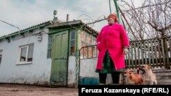 Наталья Балух у ворот своего дома в Раздольном, архивное фото