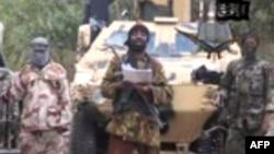 """Кадр видеозаписи, на которой запечатлен лидер группировки """"Боко харам"""" Абубакр Шекау (в центре)."""