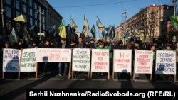 Як повідомляє кореспондент Радіо Свобода, близько 200 учасників акції стоять на дорозі біля перехрестя Хрещатика з вулицею Богдана Хмельницького