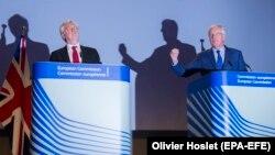 Британскиот министер задолжен за Брегзит Дејвид Дејвис и европскиот преговарач Мишел Барније