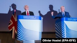 Cei doi principali negociatori David Davis (stg.) și Michel Barnier
