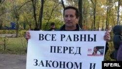 Құқық қорғаушы Павел Кочетков Евгений Жовтисті қолдау шарасында. Орал, 12 қазан 2009 жыл.
