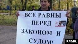 Правозащитник Павел Кочетков на акции протеста. Уральск, 12 октября 2009 года.