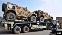 Vehicule militare NATO transportate în Afghanistan