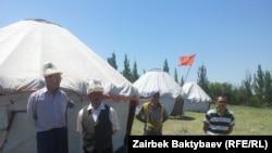 Кара-Жыгач айылынын тургундары Самаковго каршы бир канча ирет нааразычылык акциясына чыгышкан. 28-май, 2014-жыл