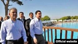 Türkiýäniň prezidenti Abdylla Gül (çepde) we Türkmenistanyň prezidenti Gurbanguly Berdimuhamedow Antaliýada, 28-nji awgust 2009 ý.