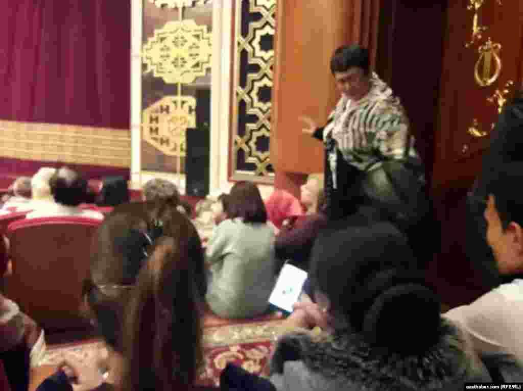 """19-njy noýabrda Türkmenistanyň Magtymguly adyndaky milli sazly drama teatrynda """"Pagliacci"""" operasy goýuldy. Munuň soňky 18 ýylyň dowamynda Türkmenistanda goýulan ilkinji daşary ýurt operasydygy aýdylýar."""