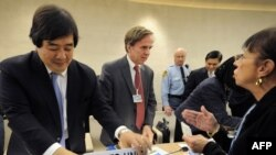 هرولد هانگ جو کو، مشاور حقوقی وزارت خارجه آمریکا (چپ) در جریان جلسه شورای حقوق بشر سازمان ملل روز جمعه